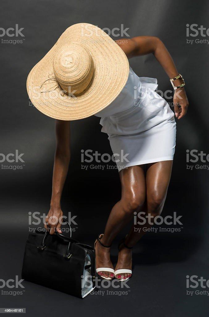 191db861a6 Noir modèle de mode dans un grand chapeau et un sac à main Designer photo  libre