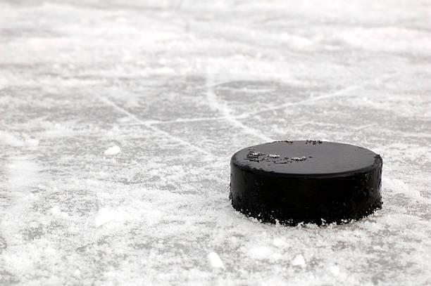 negro disco - hockey fotografías e imágenes de stock