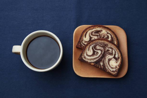 schwarzer heißer kaffee und marmorschokolade pfund kuchen isoliert auf tischtuch - marinekuchen stock-fotos und bilder