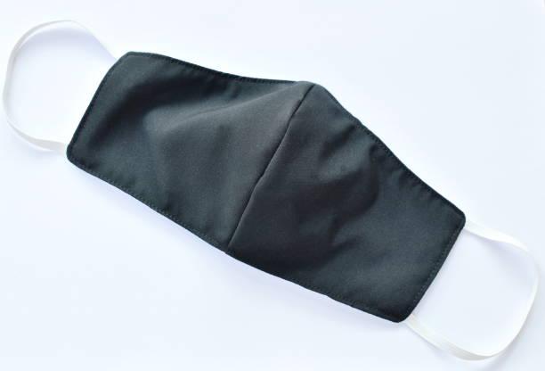 masque hygiénique noir pour le nez et la bouche de protection sur le fond blanc - fond blanc photos et images de collection