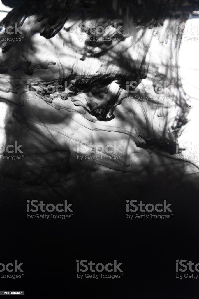 schwarze Tinte in Wasser isoliert auf weißem Hintergrund Lizenzfreies stock-foto