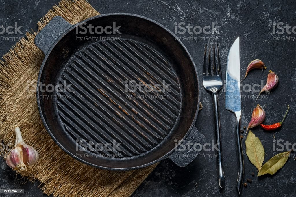 Black iron empty grill pan​​​ foto