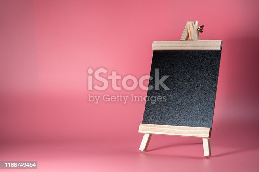997496254 istock photo Black label chalkboard on the table Pink background. Stand for acrylic tent card Used for Menu Bar and restaurant or put everything into it . mockup 1168749454