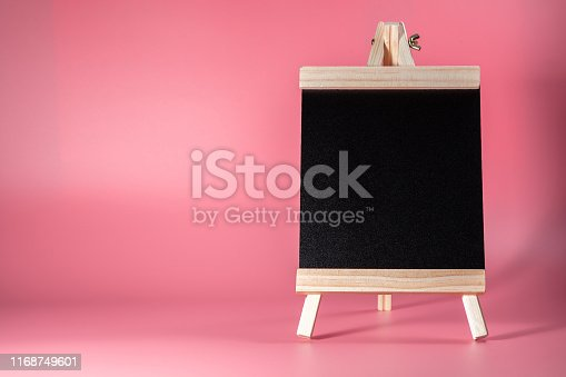 997496254 istock photo Black label chalkboard on the table Pink background. Stand for acrylic tent card Used for Menu Bar and restaurant or put everything into it . mockup 1168749601