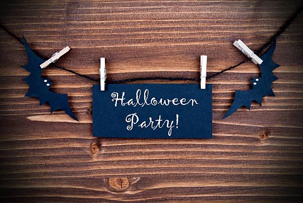black label mit halloween-party auf holz - partylabels stock-fotos und bilder