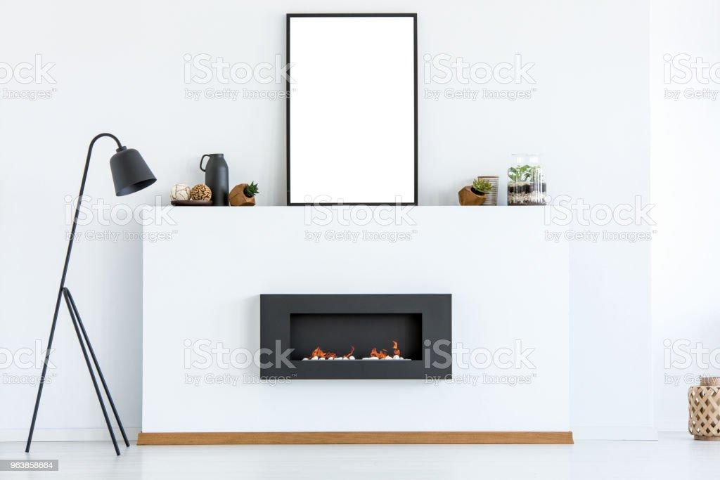 Schwarze Lampe Neben Kamin In Weissen Scandi Wohnzimmer