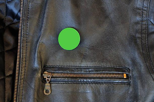 chaqueta de cuero negro con contactos de tarjeta - botón de campaña política fotografías e imágenes de stock