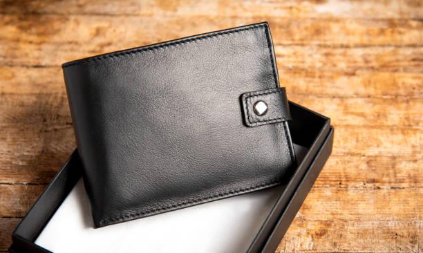 dompet kulit hitam di atas meja kayu - wallet gift potret stok, foto, & gambar bebas royalti