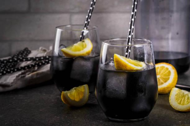 schwarzen limonade mit eis und zitrone - wasser trinken abnehmen stock-fotos und bilder