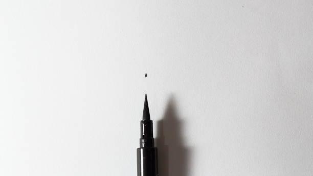 Stylo eye-liner liquide noir, trace mince et brute. Une trace bien faite faire la différence - Photo