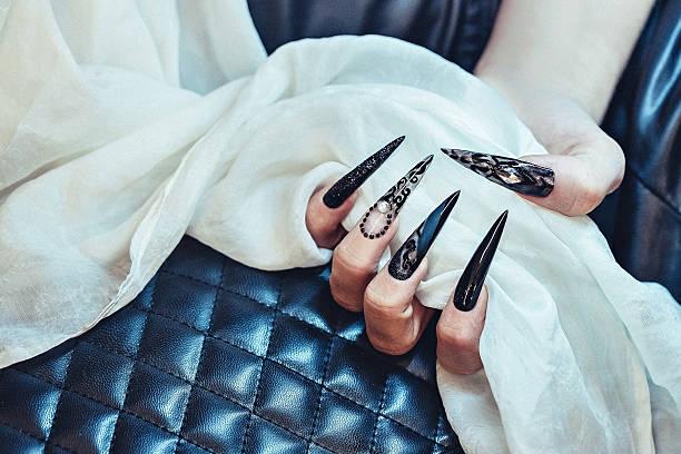 schwarzes langes gotischen nägel - nails stiletto stock-fotos und bilder