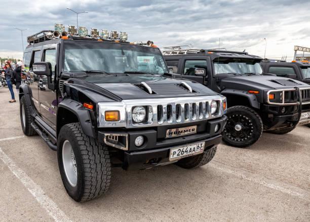 Schwarze Luxusautos Hummer Parkplatz an der Stadtstraße – Foto