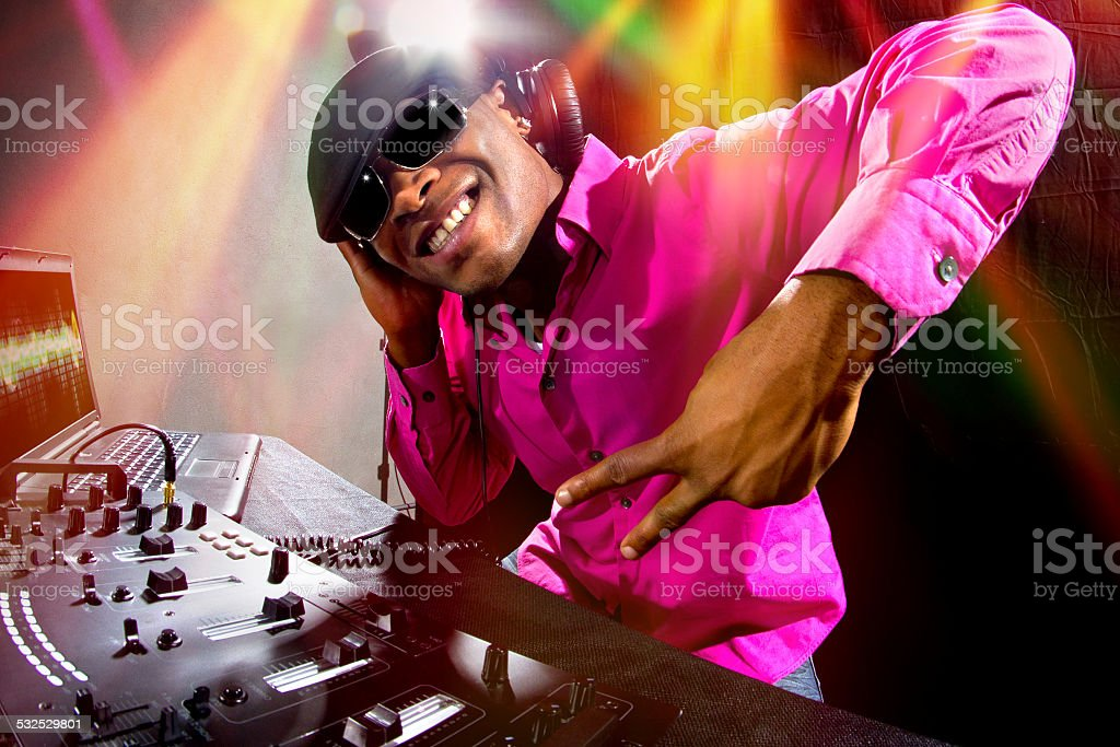 Fotografía de Hombres Negros Dj Tocando Música En Un Club Nocturno ...
