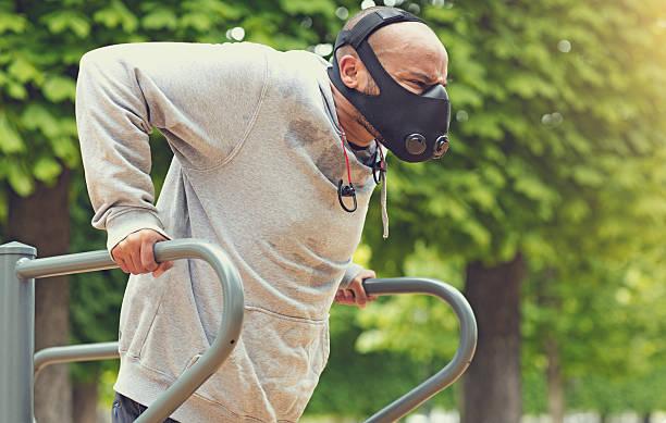 schwarze männliche ausübung park von paris frühling nachmittag mit atmen apparat - französisch übungen stock-fotos und bilder