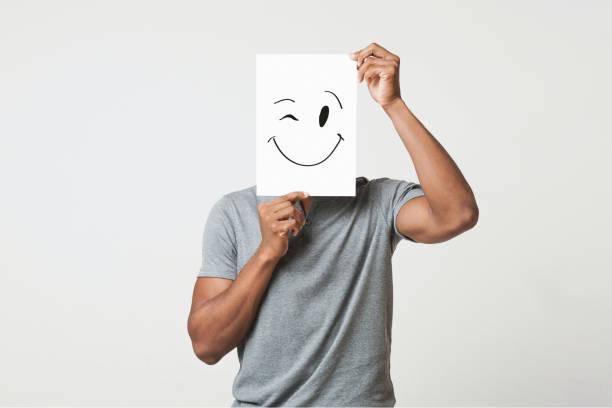 zwarte man met papier met smileygezicht - onherkenbaar persoon stockfoto's en -beelden