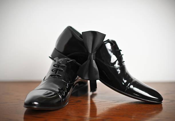 Schwarzer Mann-Schuh mit Schnürsenkel auf Holzfußboden – Foto