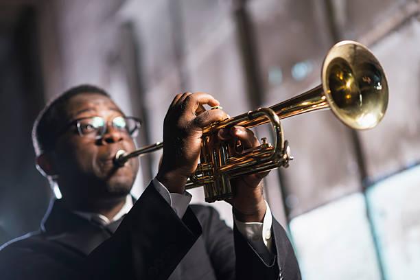블랙힐스 남자 게임하기 트럼펫 - 트럼펫 뉴스 사진 이미지