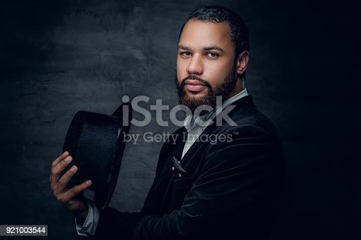 istock Black man wearing a suit and a felt hat. 921003544
