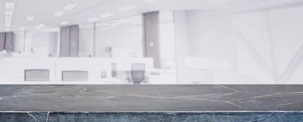 schwarzer marmor stein tischplatte und verwischen glaswand fenster gebäude mit stadt ansicht hintergrund - kann für die anzeige oder montage ihrer produkte. - regal schwarz stock-fotos und bilder