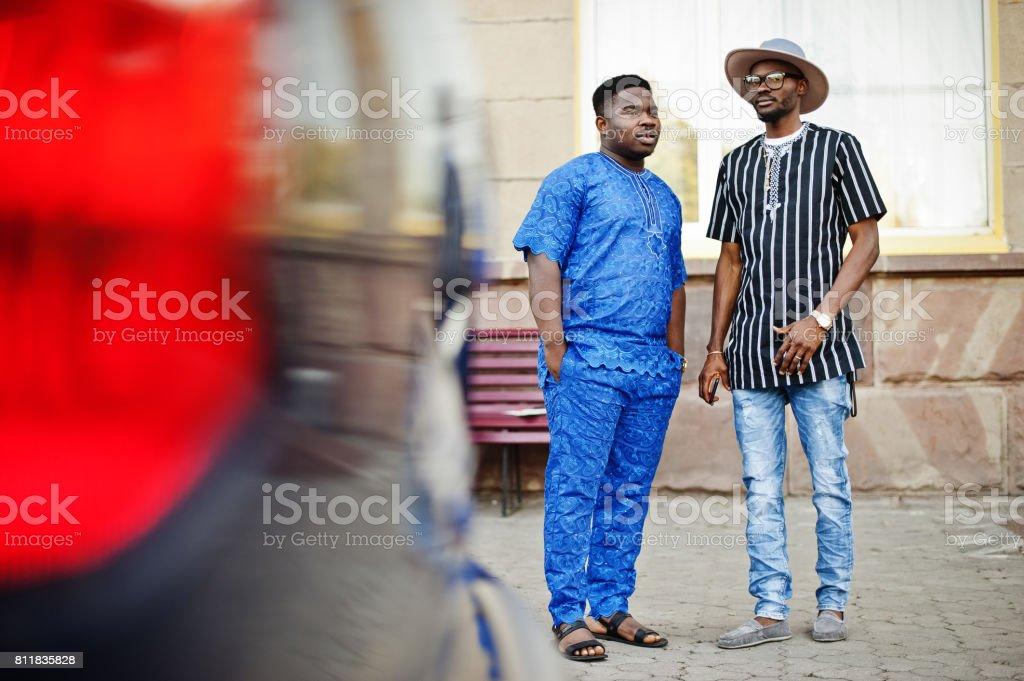 Siyah erkekler şık giysili ayakta ve sokakta şehir merkezinde dışında konuşuyor. stok fotoğrafı