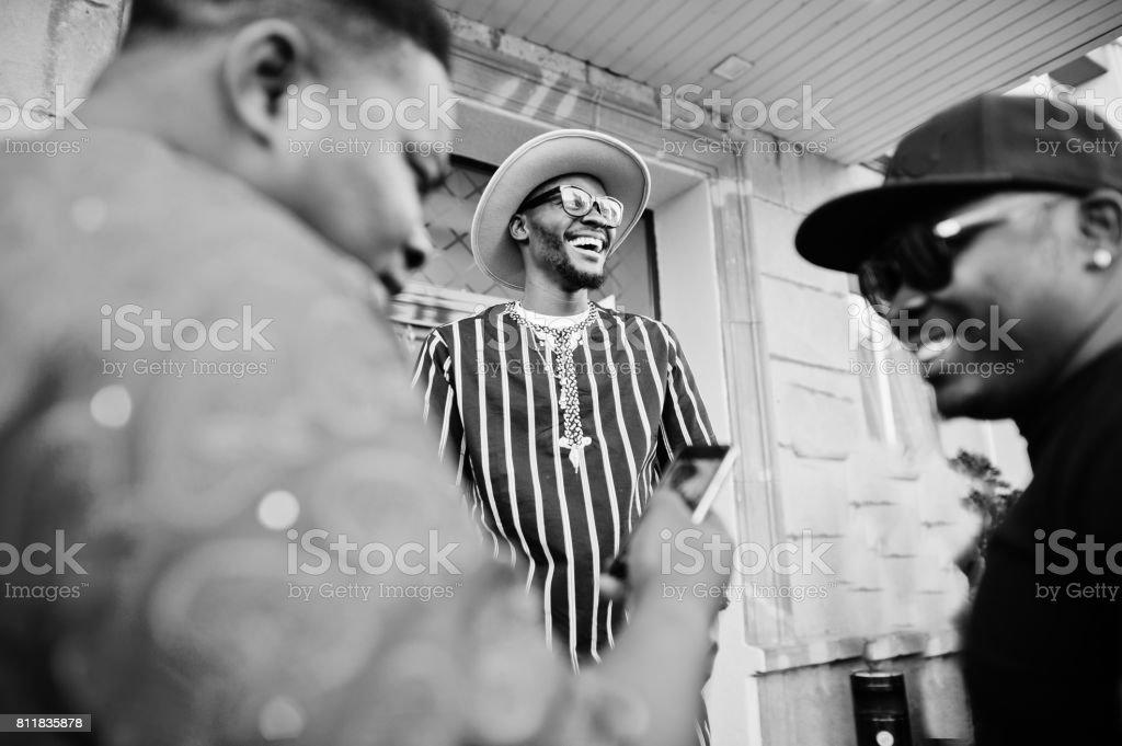 Siyah erkekler şık giysili ayakta ve sokakta şehir merkezinde dışında konuşuyor. Siyah ve beyaz fotoğraf. stok fotoğrafı