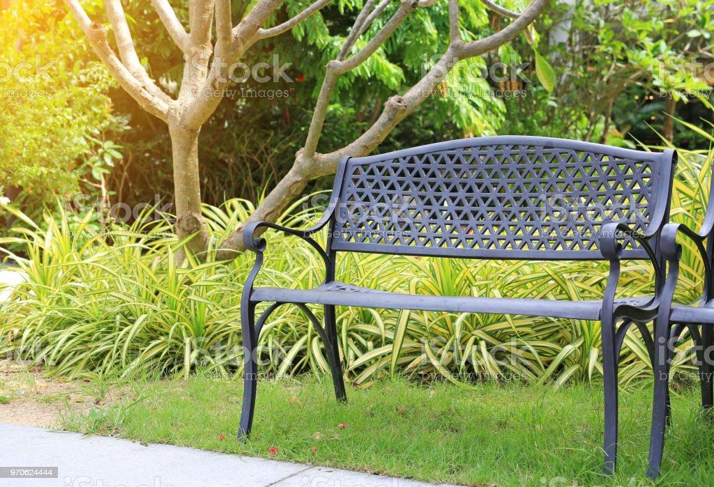 Sillas de metal negro en el jardín. - foto de stock