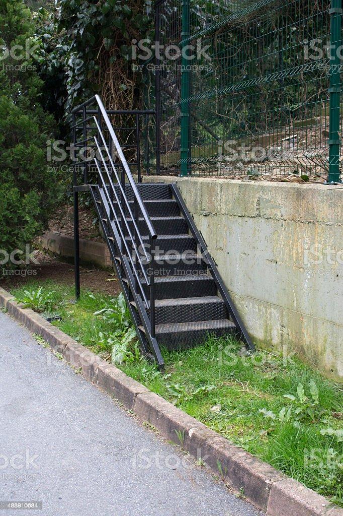 Photo libre de droit de Escalier En Métal Noir Sur Le Jardin banque ...