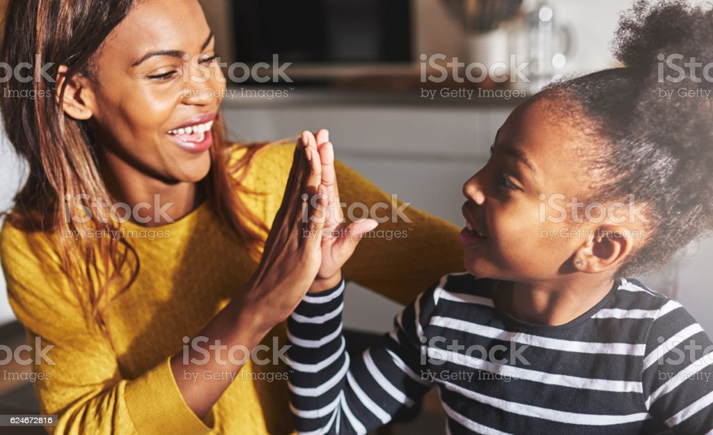 Black mother and child high five – Foto
