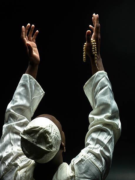 nero uomo musulmana pregare - sharia foto e immagini stock
