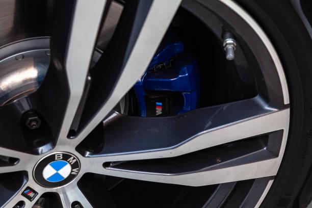 黑色新寶馬 X7 xDrive40i 2019 年前輪和藍色磁片視圖與灰色內飾在街上停車圖像檔