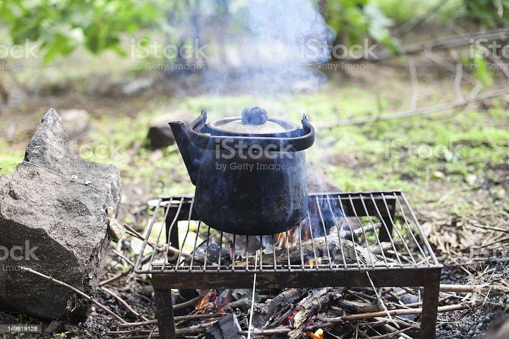 Schwarze alte geräucherter Teekanne am Lagerfeuer in Holz – Foto