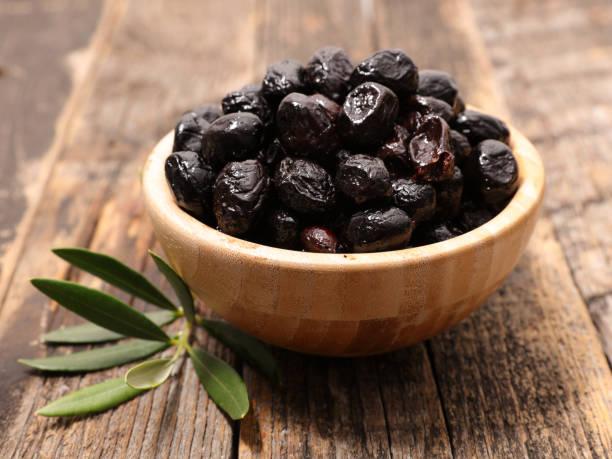 schwarze oliven und filiale - schwarze olive stock-fotos und bilder