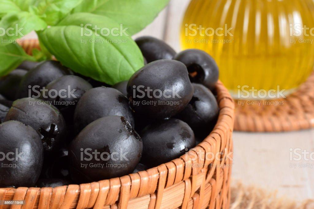 Zwarte olijven in mand foto