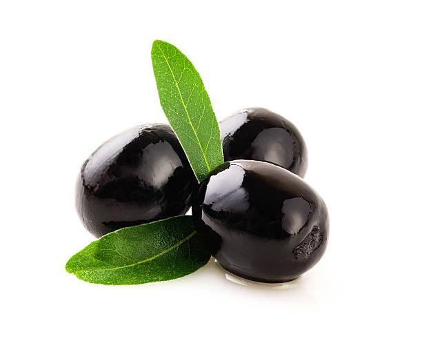 schwarze oliven auf weiß. - schwarze olive stock-fotos und bilder