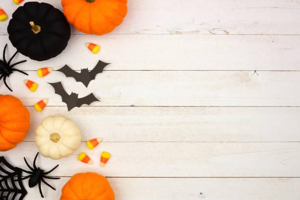 bordo laterale di halloween nero, arancione e bianco su legno bianco - halloween foto e immagini stock