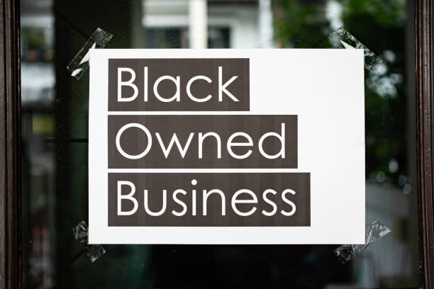 signe d'affaires possédé noir attaché sur la fenêtre - business photos et images de collection