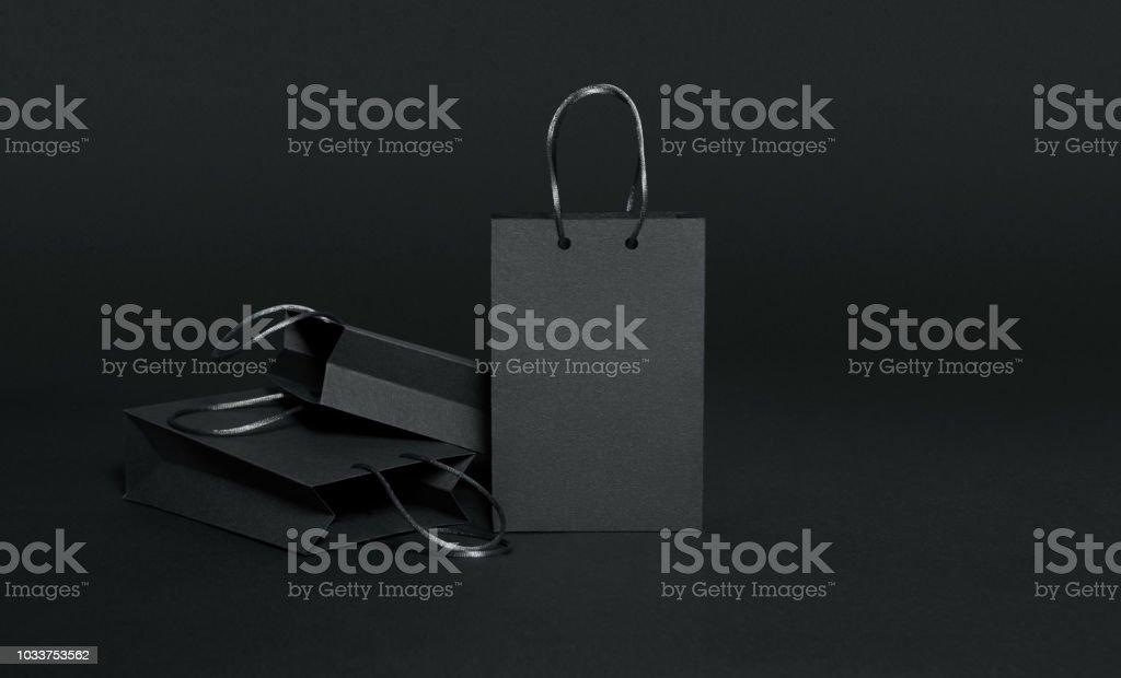Zwart papier boodschappentassen op zwarte achtergrond foto