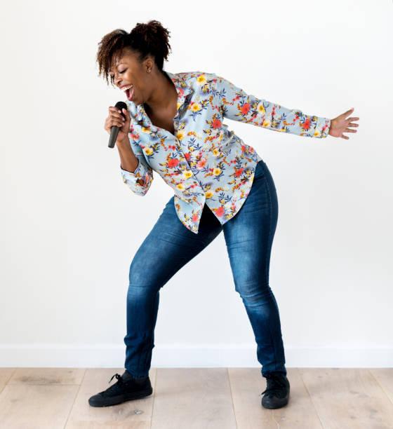 schwarzen leidenschaftliche frau sänger singen karaoke - gesangskunst stock-fotos und bilder
