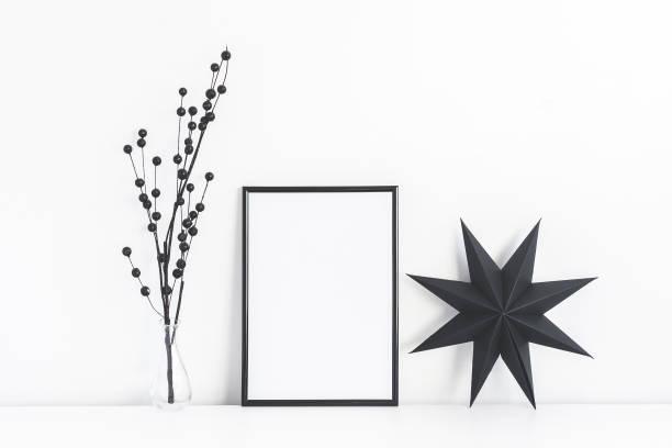 schwarze foto frame und weihnachten dekor. vorderansicht, mock-up - promi zuhause stock-fotos und bilder