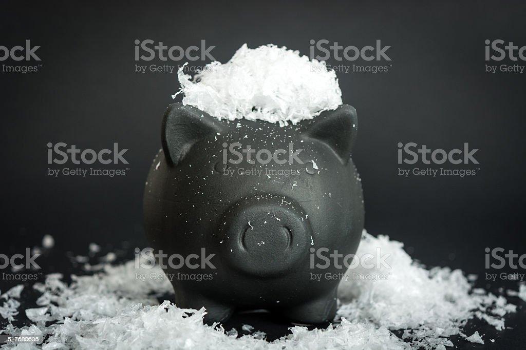 Czarnego Świnka skarbonka na pokryte śniegiem tabeli – zdjęcie