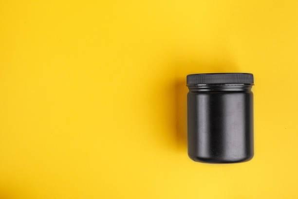 schwarzer kunststoff kann mit beauty-produkt auf einem hellen hintergrund. - geld schön verpacken stock-fotos und bilder