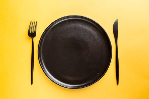Schwarze Platte auf gelb – Foto