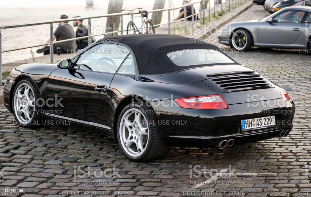 Black Porsche 911 cabriolet estacionado durante o evento com Magnus Walker sobre o Hamburgo do mercado de peixe - foto de acervo