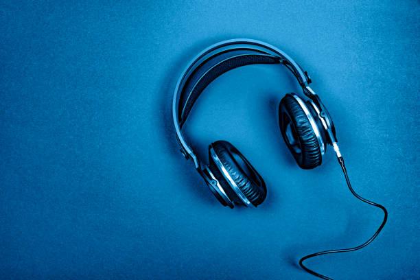 Schwarze professionelle Kopfhörer auf einem dunkelsilbernen Hintergrund. – Foto