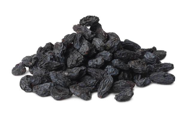 schwarze rosinen auf weißem hintergrund isoliert - grape sugar stock-fotos und bilder