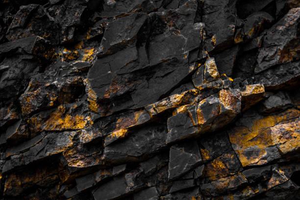 czarne tło skalne w kolorze złotym /żółtym - minerał zdjęcia i obrazy z banku zdjęć