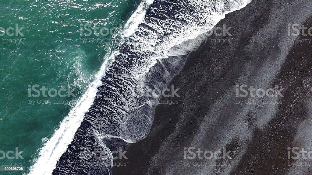 Praia de areia preta, na Islândia foto de stock royalty-free