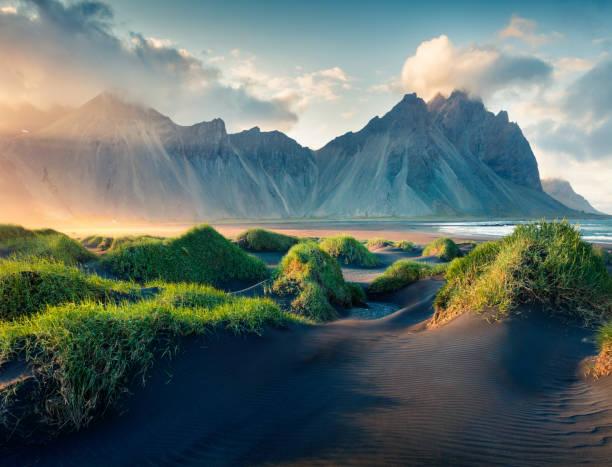 schwarzen sanddünen auf der landzunge stokknes - iceland stock-fotos und bilder