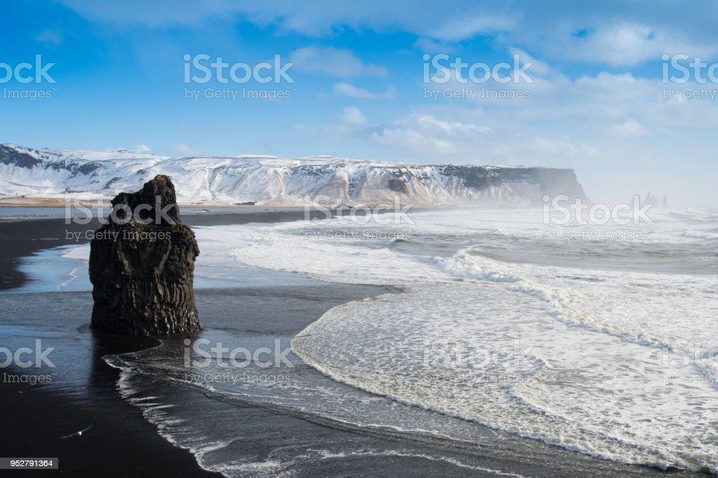 Plage de Reynisfjara de sable noir et de roches, Vik, Islande - Photo