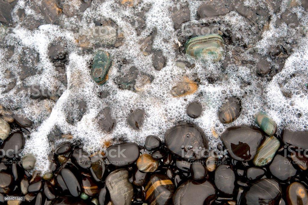 Mer Noire pierres fond. Pierres de rivière rond brillant et wave surf, Thaïlande. nostalgie et débranché. Vue de dessus. Bouchent. - Photo de Abstrait libre de droits